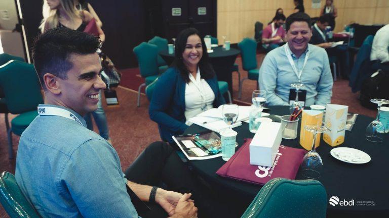 Networking. pessoas conversando, reunião