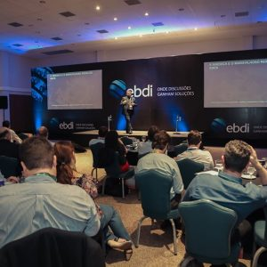 Executivo palestrando na ebdi no evento CFO