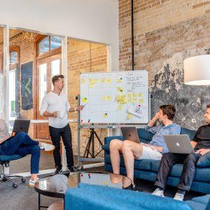 pessoas discutindo sobre Data Driven Business - organização de dados