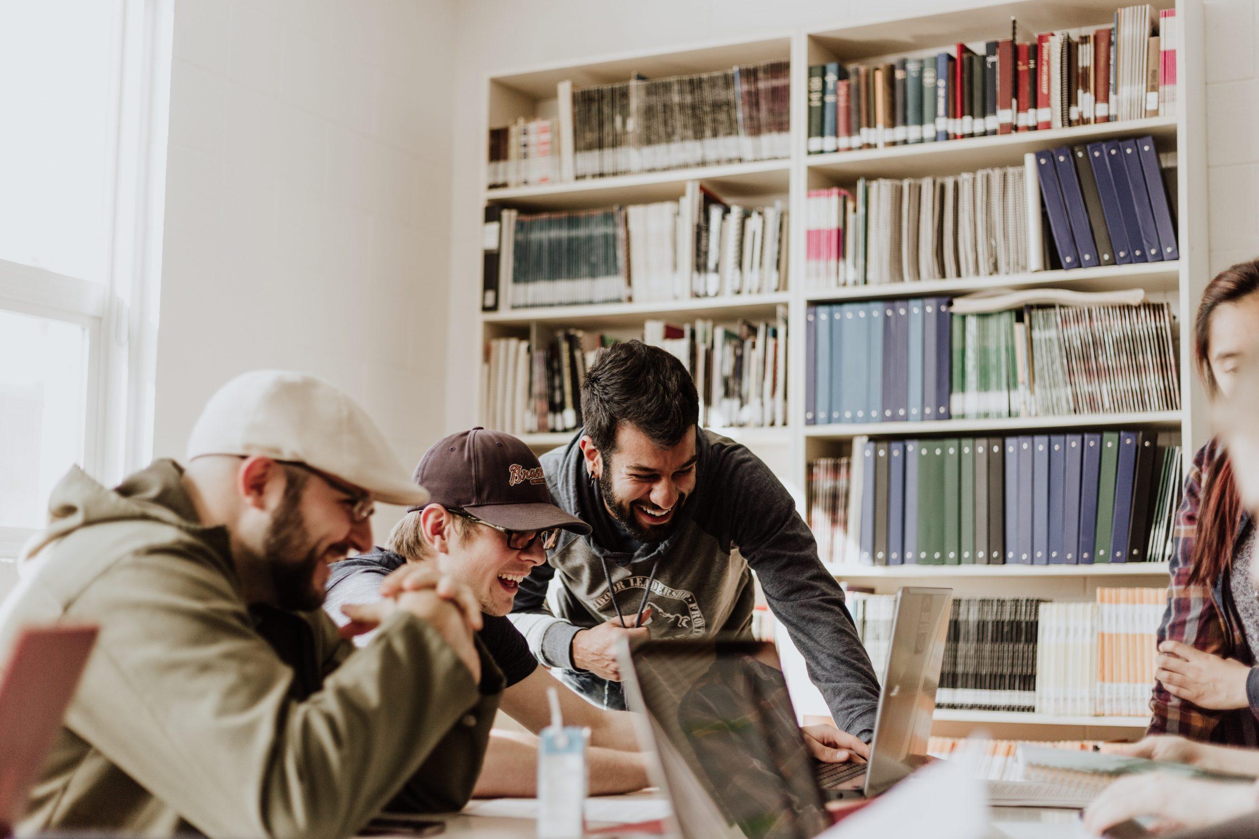 Hackathon e a busca por soluções inovadoras estimuladas por aceleradoras, pessoas participam deste encontro como parte do ecossistema de inovacao