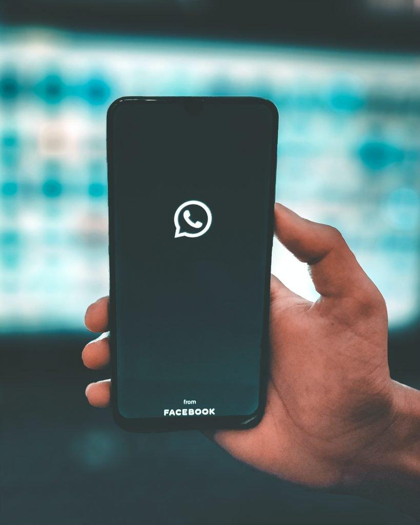 uma mão segurando um celular com o aplicativo do WhatsApp - para o artigo de jornada da comunicação